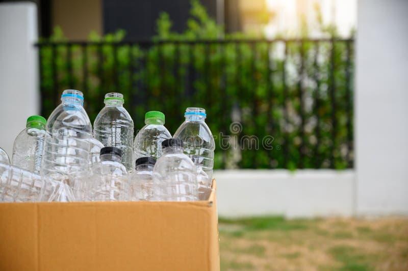 la mano dell'uomo che mette la riutilizzazione di plastica per il riciclaggio del mondo di protezione dell'ambiente di concetto r immagini stock libere da diritti