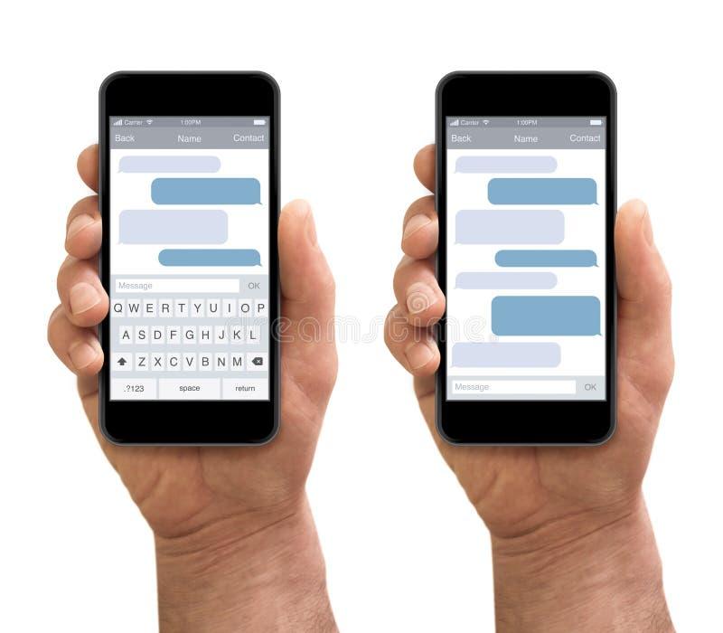 La mano dell'uomo che tiene lo smartphone con gli sms chiacchiera fotografie stock libere da diritti
