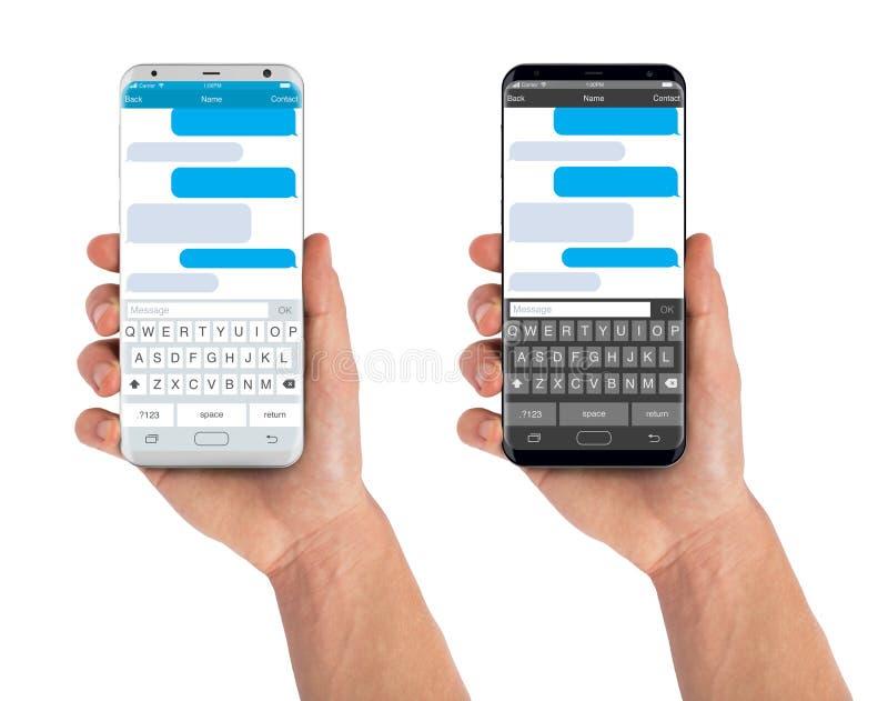 La mano dell'uomo che tiene lo smartphone con gli sms chiacchiera fotografia stock libera da diritti