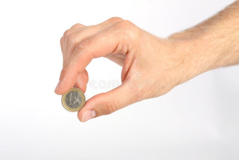 La mano dell'uomo che tiene una euro moneta su fondo bianco immagine stock libera da diritti