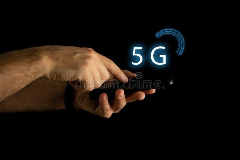La mano dell'uomo con progettazione concettuale su nuovo collegamento 5G fotografia stock libera da diritti