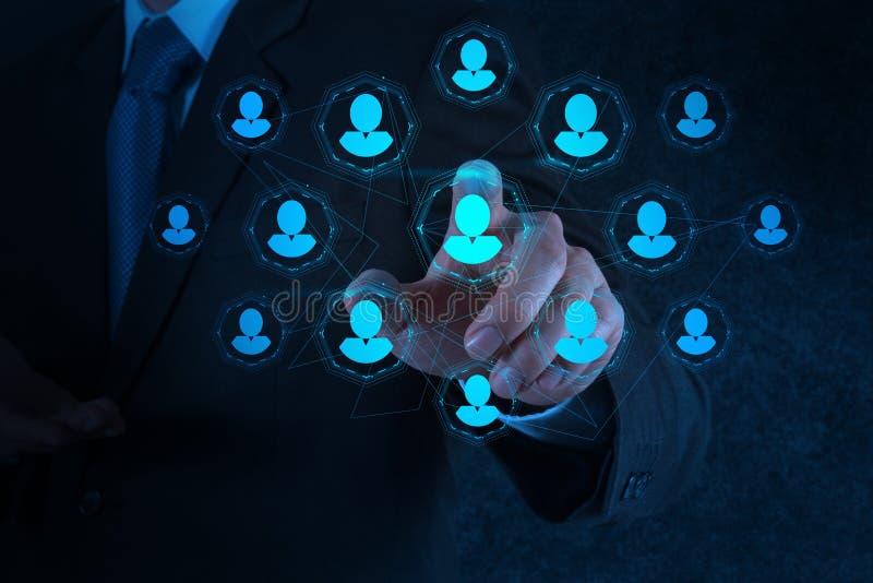La mano dell'uomo d'affari indica le risorse umane, CRM ed i media sociali fotografie stock