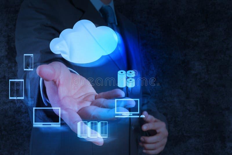 La mano dell'uomo d'affari mostra un diagramma di calcolo della nuvola fotografie stock libere da diritti