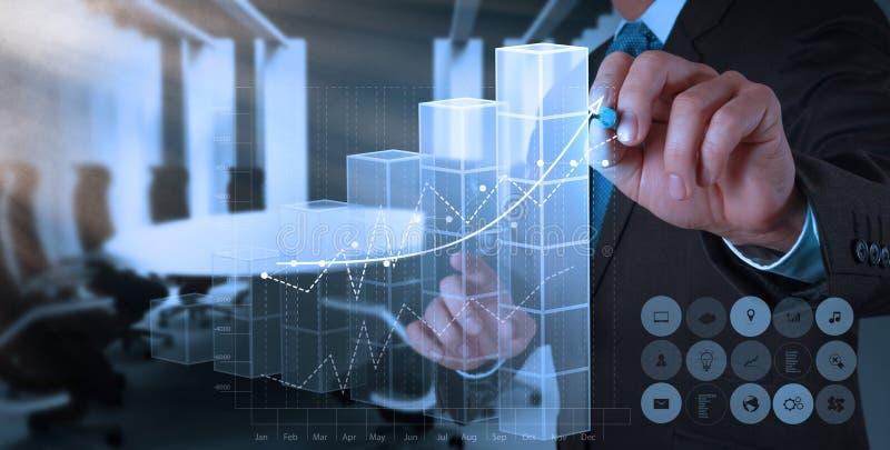 La mano dell'uomo d'affari traccia il grafico di successo di affari immagine stock libera da diritti