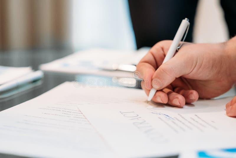 La mano dell'uomo firma l'affare legale di carriera di affari del contratto immagine stock