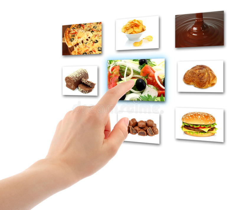 La mano della donna usa l'interfaccia del touch screen con alimento fotografie stock libere da diritti