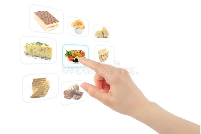 La mano della donna usa l'interfaccia dello schermo di tocco con alimento immagini stock libere da diritti