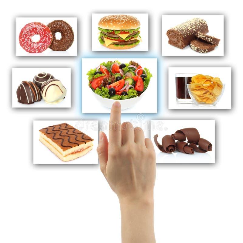 La mano della donna usa l'interfaccia dello schermo di tocco con alimento fotografie stock libere da diritti