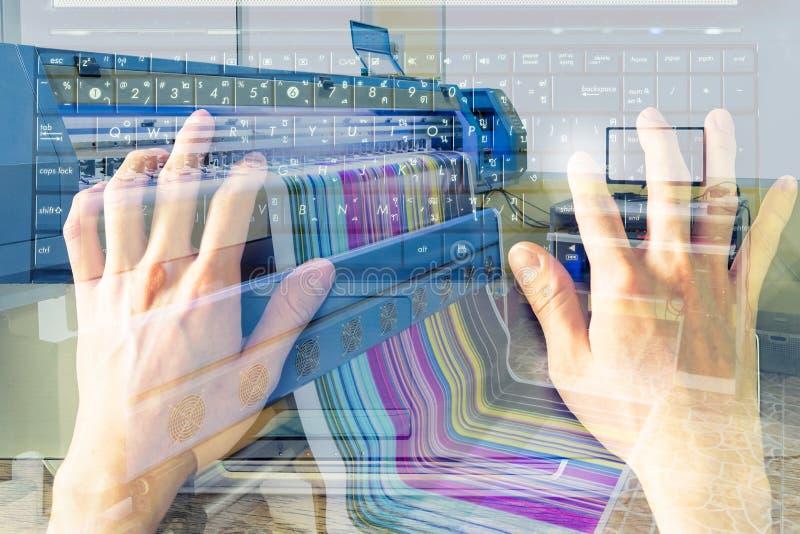 La mano della doppia esposizione dattilografa il taccuino della tastiera con grande inkj fotografie stock libere da diritti