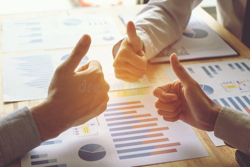 La mano della gente di affari sta sollevando il concetto del gruppo del lavoro dei pollici della mano immagine stock