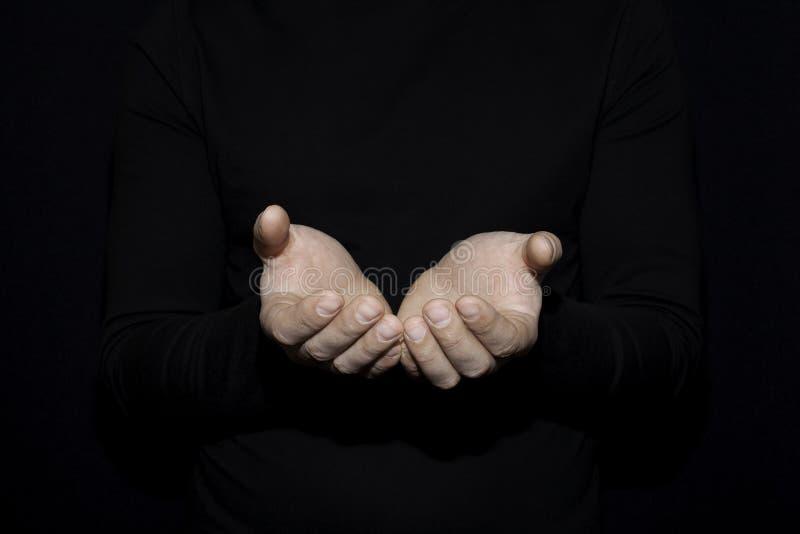 La mano della mano aperta dell'uomo bianco per la tenuta dell'oggetto l'altra media è hel immagini stock libere da diritti