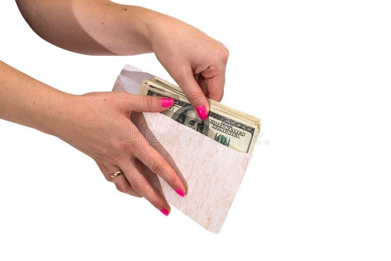 La mano delle donne che mostra busta con i dollari isolati su fondo bianco fotografie stock libere da diritti