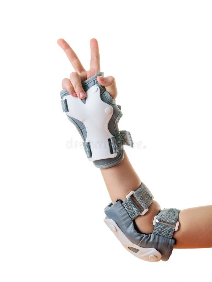 La mano derecha del niño muestra una muestra de la victoria en los escudos protectores Accesorios para la protecci?n del choque foto de archivo libre de regalías