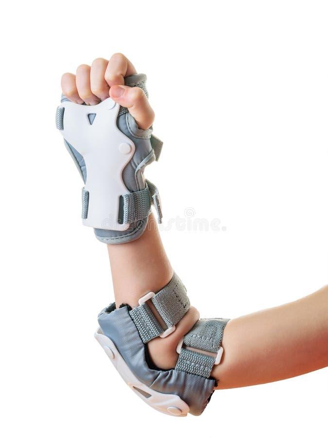 La mano destra del bambino del pugno chiuso in schermi protettivi isolati su bianco Accessori per protezione di scossa immagini stock libere da diritti