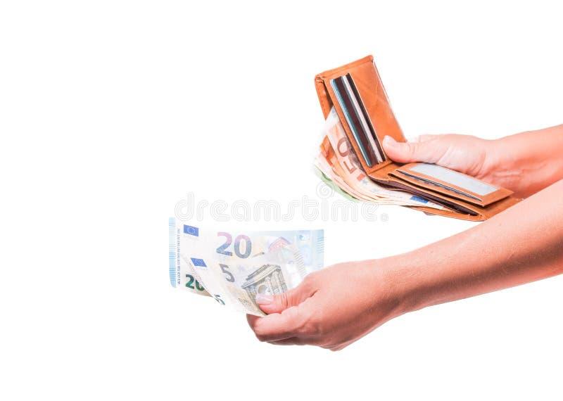 La mano elimina gli euro soldi dal portafoglio Mano che divide le euro banconote Finanziario, soldi isolati su bianco fotografie stock libere da diritti
