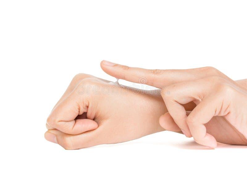 La mano en la acción aplica la crema a la piel imagenes de archivo