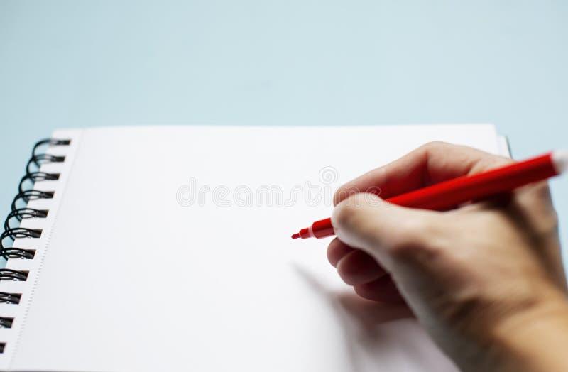 La mano escribe el texto foto de archivo