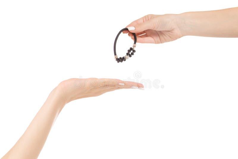 La mano femenina pasa la pinza de pelo imágenes de archivo libres de regalías