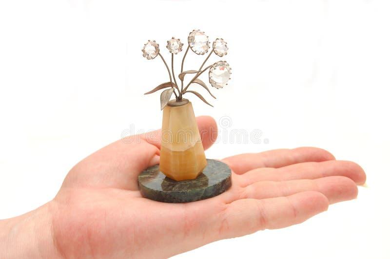 La mano femenina sostiene el florero imágenes de archivo libres de regalías