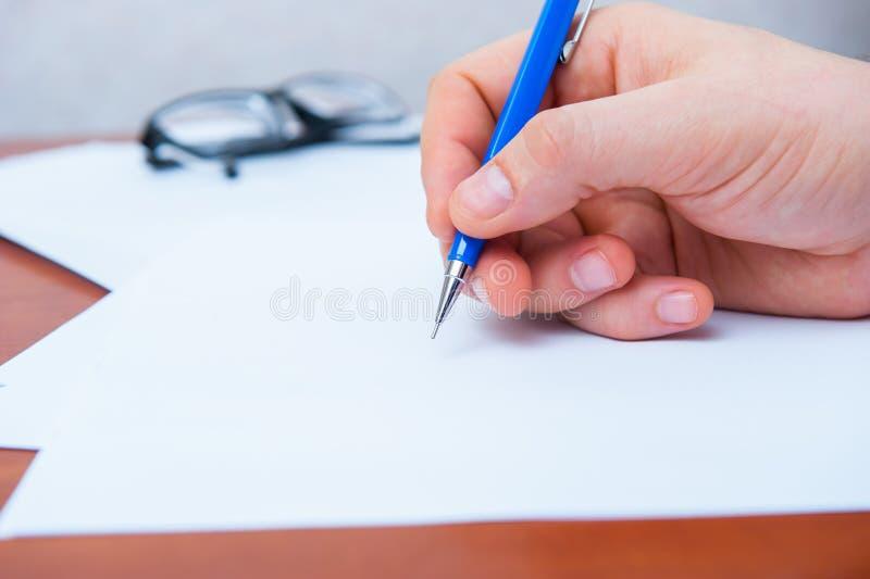 La mano firma i documenti fotografia stock libera da diritti