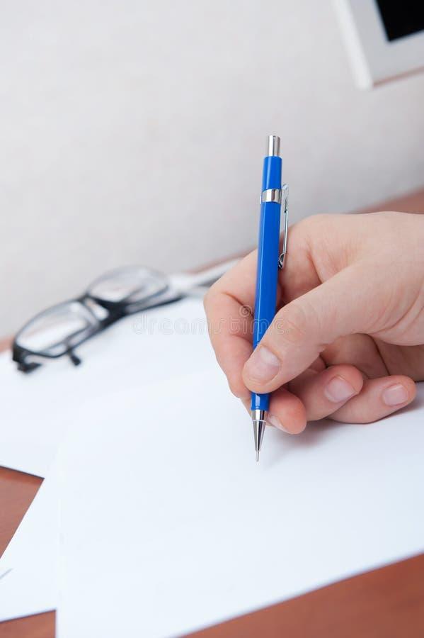 La mano firma i documenti immagini stock libere da diritti