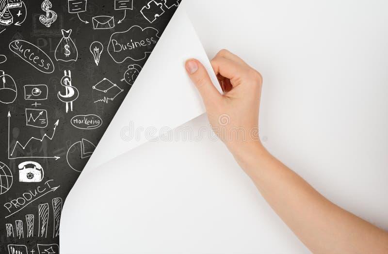 La mano gira la pagina ed il concetto del disegno sulla lavagna fotografia stock