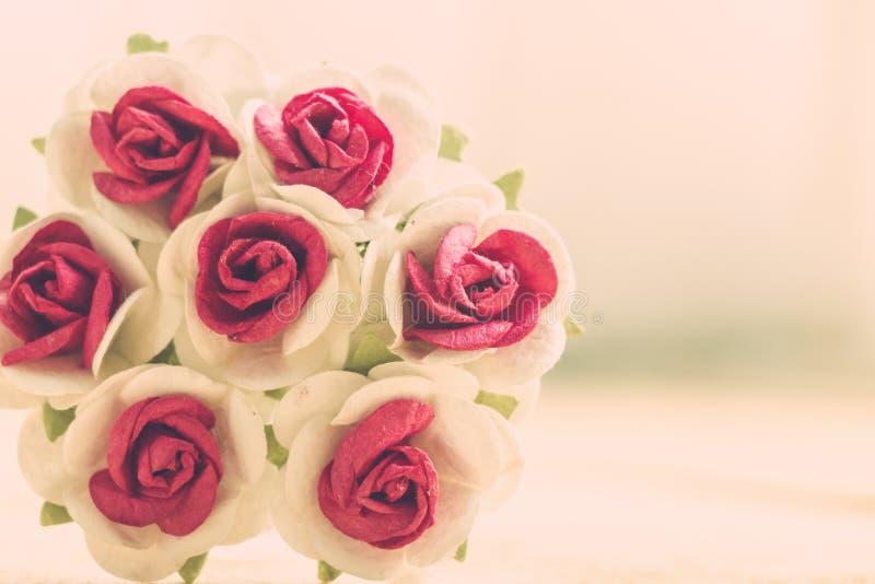 La mano hace rosas de las flores foto de archivo