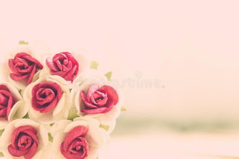 La mano hace rosas de las flores fotografía de archivo libre de regalías