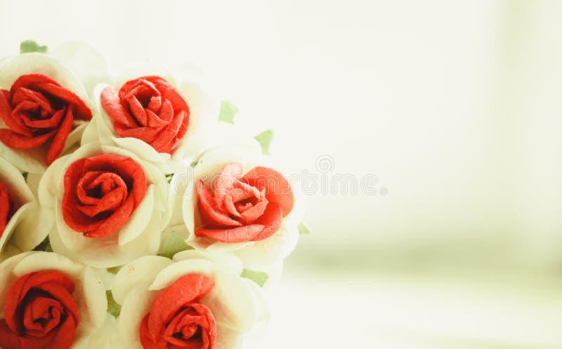 La mano hace rosas de las flores imagen de archivo