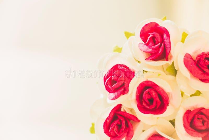 La mano hace rosas de las flores fotos de archivo