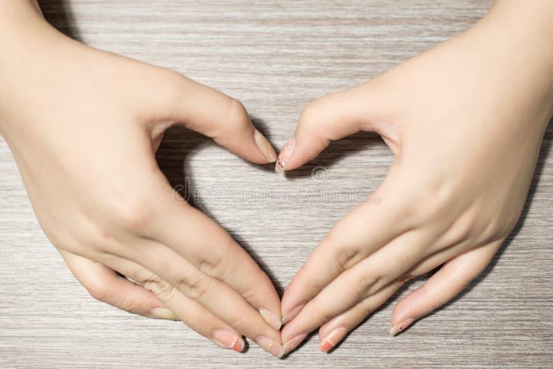 Download La mano hace un corazón imagen de archivo. Imagen de macro - 42446023
