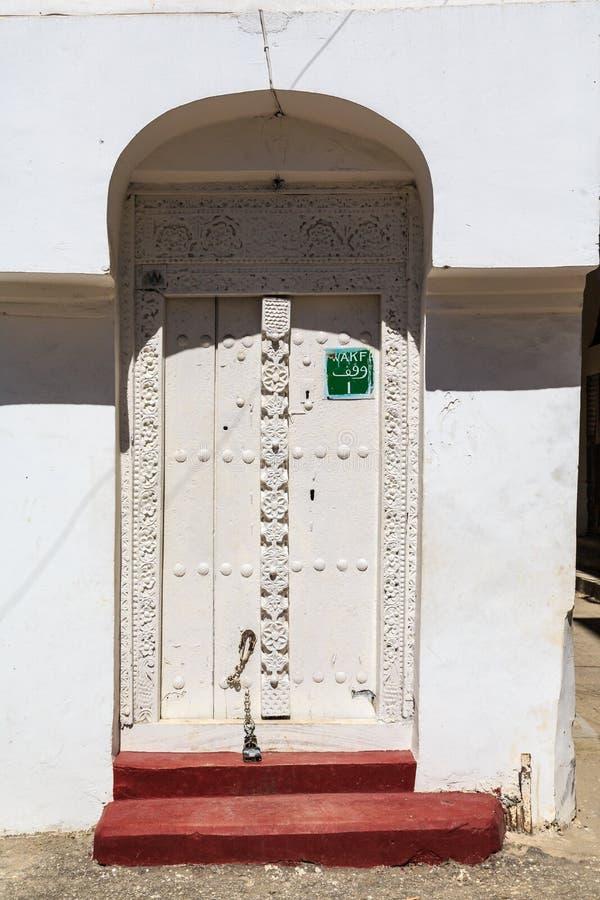 Download La Mano Hizo La Puerta A Mano De Madera En Zanzíbar Foto de archivo - Imagen de cubo, casa: 44852850