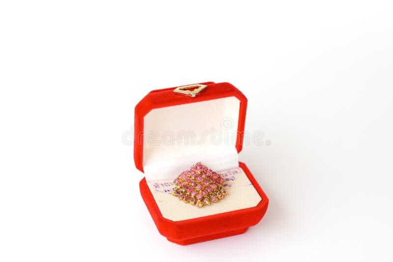 La mano hizo los pendientes a mano étnicos aislados en la caja roja - imagen común fotos de archivo