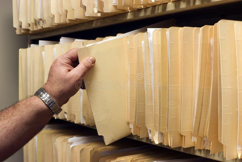 La mano tira de la carpeta de archivos foto de archivo