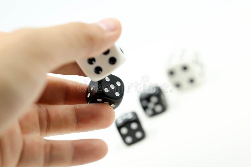 La mano & il rotolamento concetto taglia, di gioco e di rischio d'impresa immagini stock