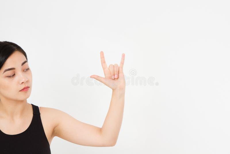 La mano japonesa asiática que hacía el metal pesado aisló el fondo blanco mano afroamericana Mofa para arriba Copie el espacio mo fotos de archivo