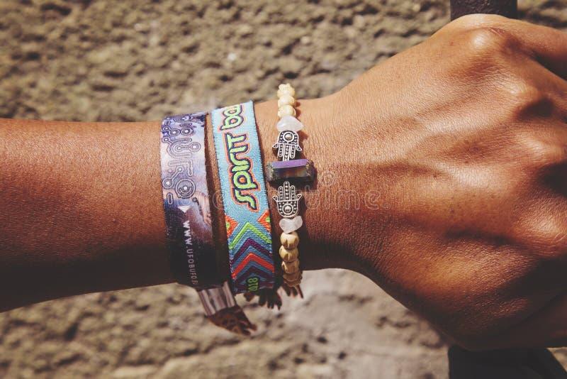 La mano maschio con assiste ai braccialetti del membro di festival di musica, editoriale indicativo immagine stock libera da diritti