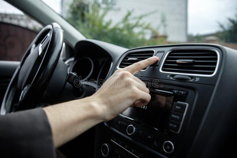 La mano masculina blanca está empujando el botón de la señal de emergencia Concepto manual de los usuarios fotos de archivo