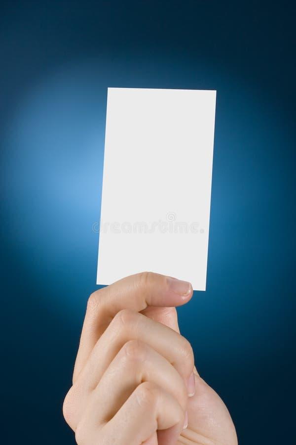La mano mostra la scheda fotografia stock libera da diritti