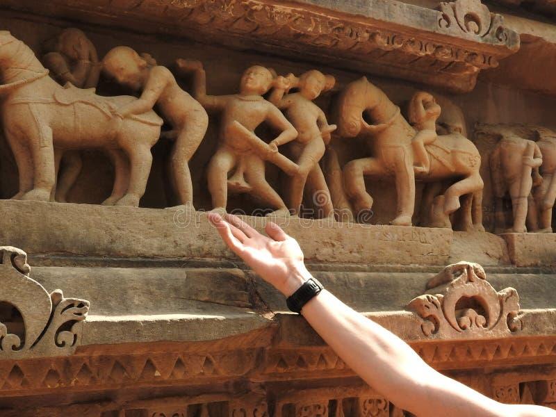La mano muestra en escenas eróticas del sexo y Kama Sutras en Khajuraho, Madhya Pradesh la India es un sitio del patrimonio mundi imágenes de archivo libres de regalías