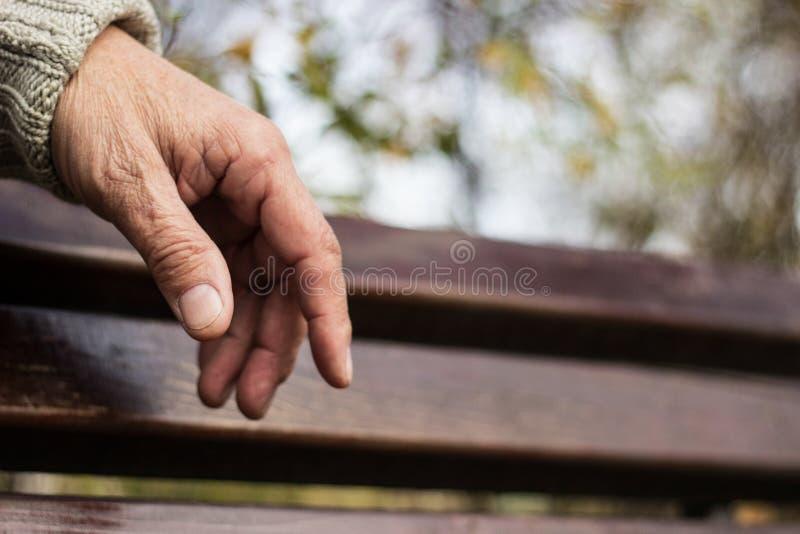 La mano più anziana di un uomo fotografia stock