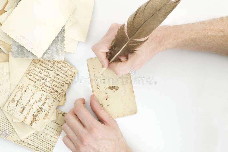 La mano scrive una lettera fotografia stock