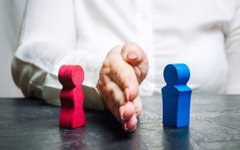 La mano separa l'uomo e la donna Separazione violenta Rompa tutti i legami Aiuto alle vittime di violenza domestica Sostegno psic immagine stock