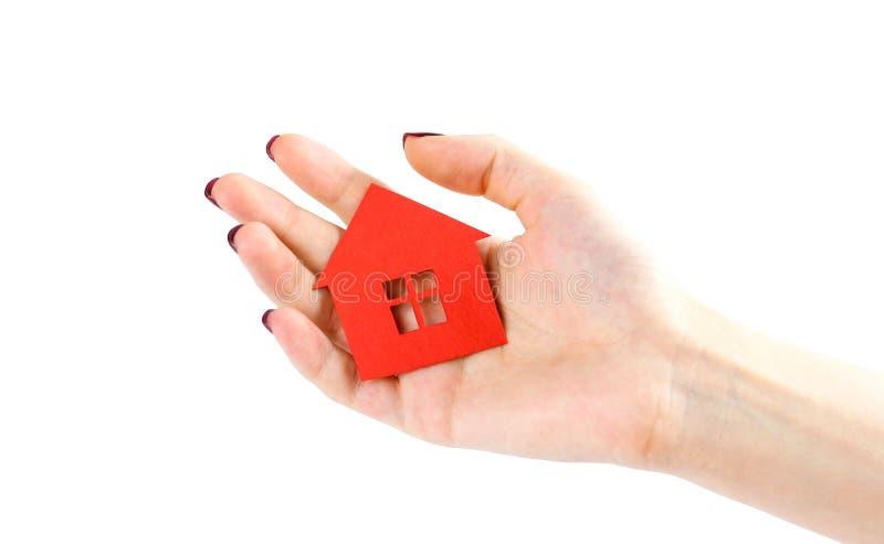 La mano sostiene la casa roja Casa en manos Cierre para arriba Aislado imagen de archivo libre de regalías