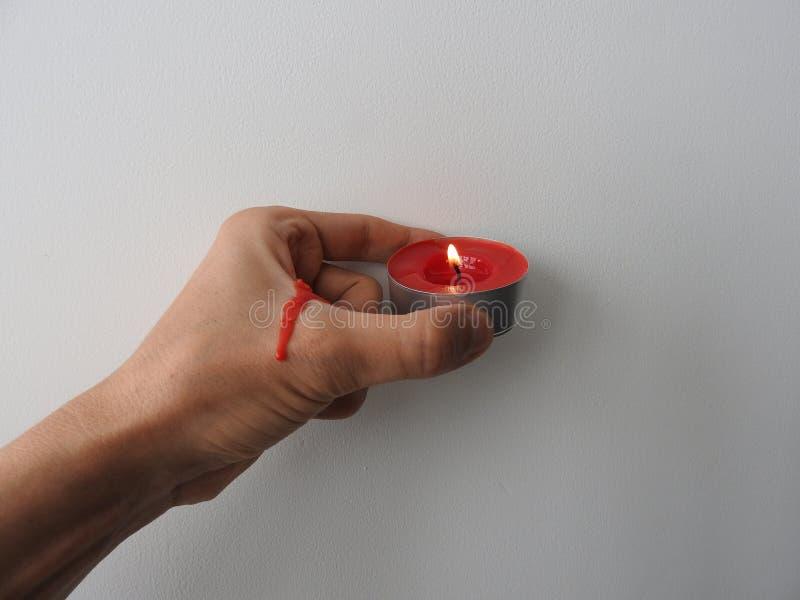 La mano su un fondo bianco tiene in pugno immagine stock libera da diritti