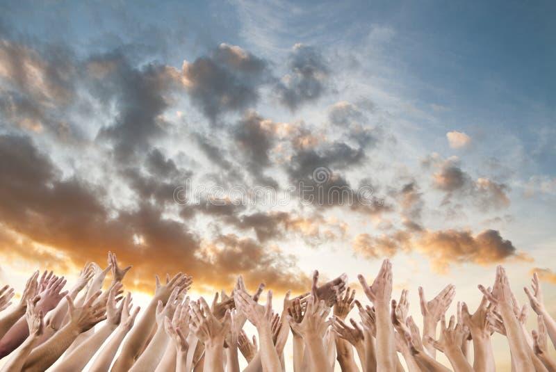 La mano sui braccia della folla si è alzata fotografie stock libere da diritti