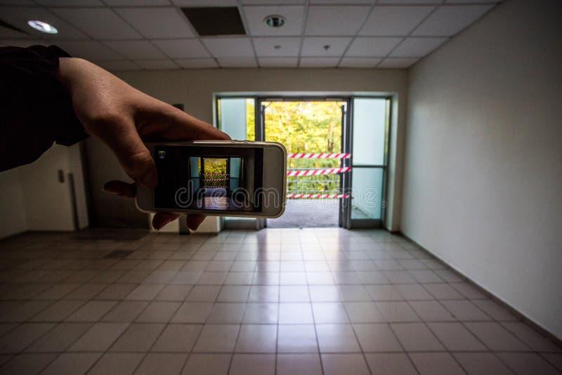 La mano toma el acceso del teléfono a la calle cubierta fotos de archivo