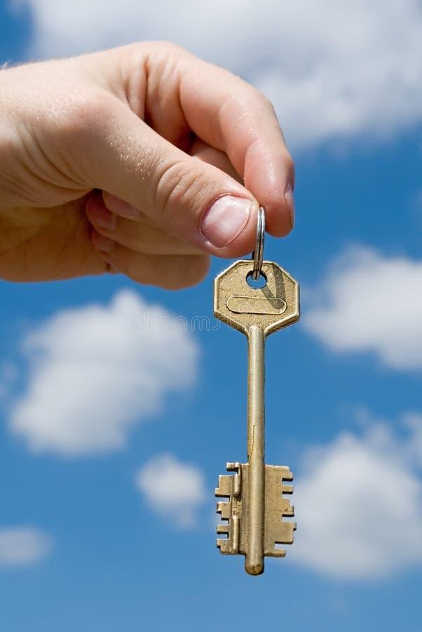 La mano transfiere el clave imágenes de archivo libres de regalías