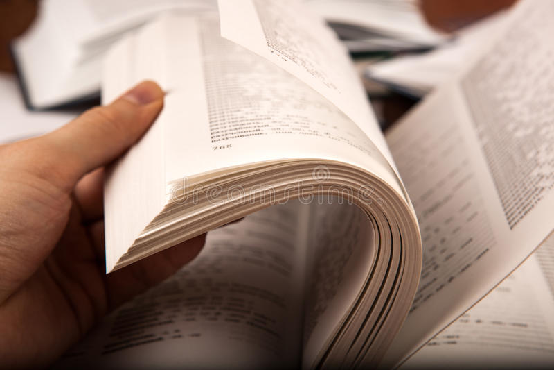 La mano umana copre di foglie dizionario fotografia stock