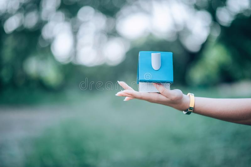 La mano y la casa de la niña, la casa blanca tomada fotos de archivo